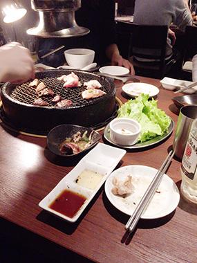 11月、メンバー全員で肉を食しながらの「決意の瞬間」