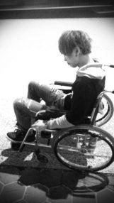車椅子姿のKouichi